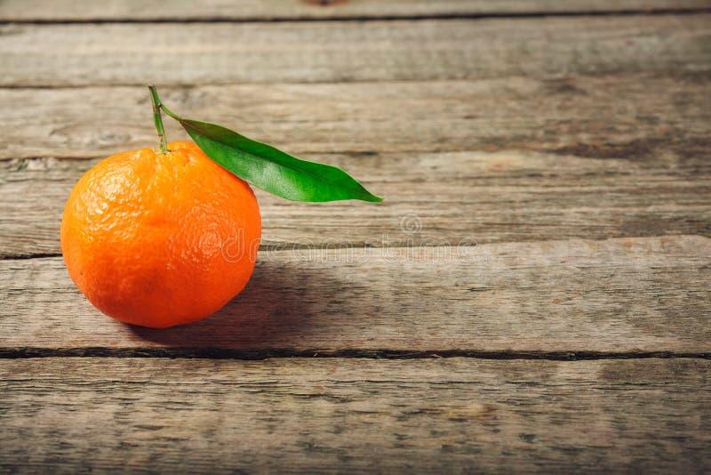 Φρέσκο πορτοκάλι κλημεντινών ή κινεζικής γλώσσας με τα φύλλα στο ξύλινο υπόβαθρο στοκ φωτογραφία με δικαίωμα ελεύθερης χρήσης