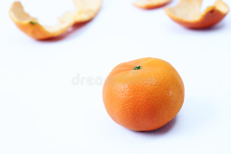 Φρέσκο πορτοκαλί και πορτοκαλί δέρμα peeles ως υπόβαθρο στοκ φωτογραφία με δικαίωμα ελεύθερης χρήσης