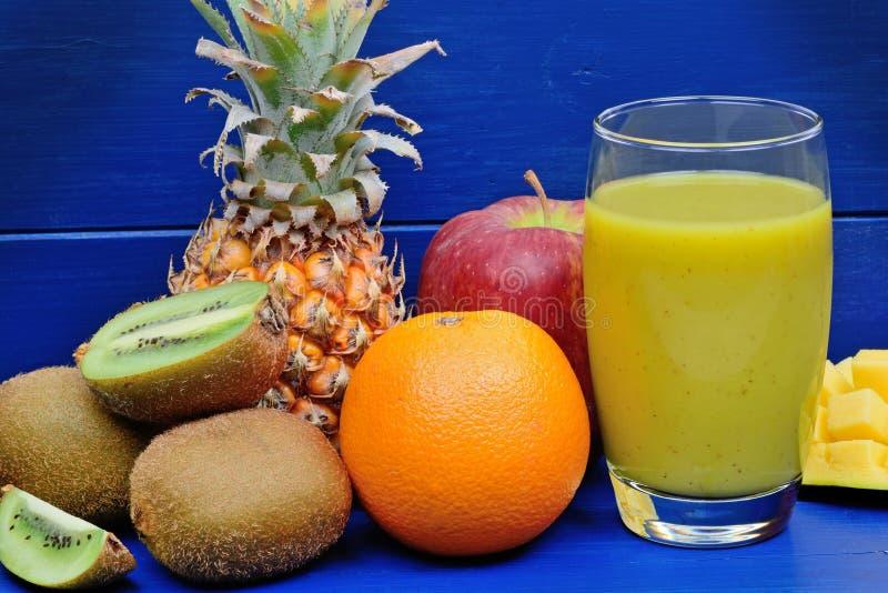 Φρέσκο ποτήρι του χυμού με το μίγμα φρούτων στοκ εικόνες