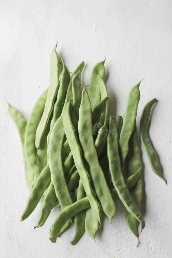 Φρέσκο πράσινο λαχανικό φασολιών σε ένα άσπρο υπόβαθρο στοκ εικόνες
