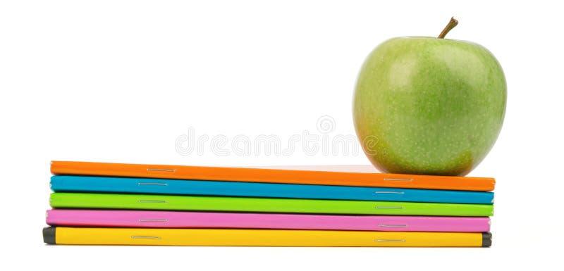Φρέσκο πράσινο μήλο με τα σημειωματάρια στοκ εικόνες με δικαίωμα ελεύθερης χρήσης