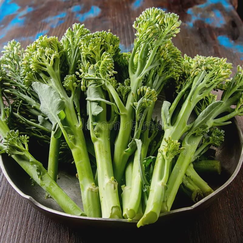 Φρέσκο πράσινο μπρόκολο σε ένα μεταλλικό πιάτο στοκ εικόνα με δικαίωμα ελεύθερης χρήσης
