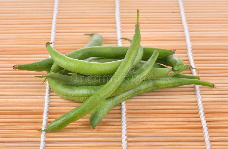 Φρέσκο πράσινο ξύλινο υπόβαθρο beanson στοκ εικόνες