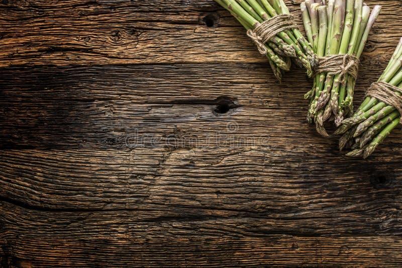 Φρέσκο πράσινο σπαράγγι στον παλαιό δρύινο πίνακα στοκ φωτογραφία