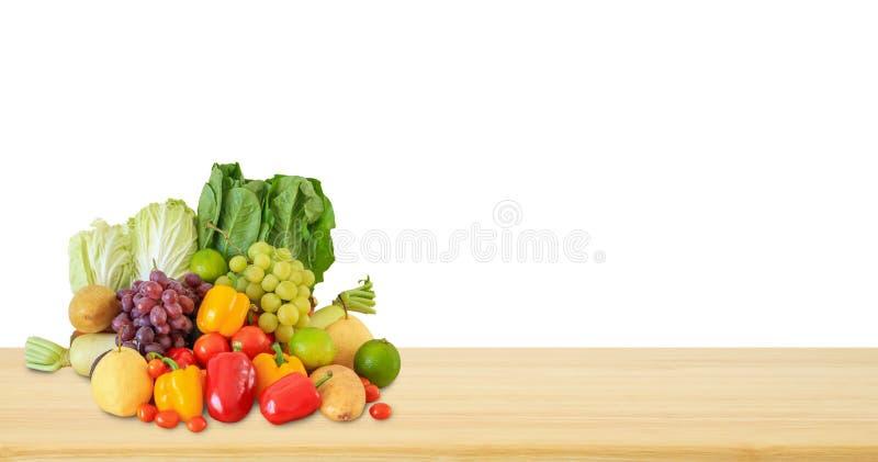 Φρέσκο προϊόν παντοπωλείων φρούτων και λαχανικών στον ξύλινο πίνακα που απομονώνεται στο λευκό στοκ φωτογραφία με δικαίωμα ελεύθερης χρήσης