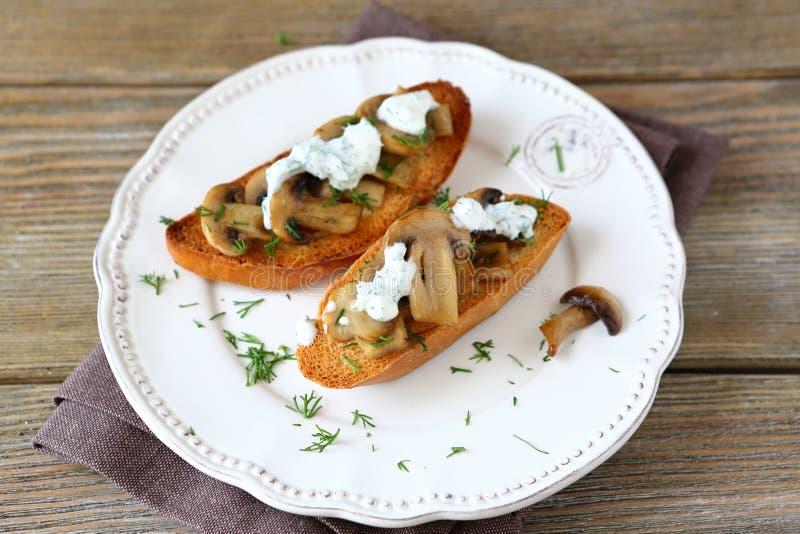 Φρέσκο σάντουιτς με τα μανιτάρια στοκ φωτογραφία
