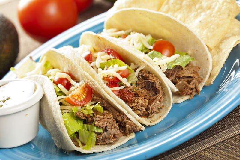 Φρέσκο σπιτικό τεμαχισμένο βόειο κρέας Tacos στοκ εικόνα