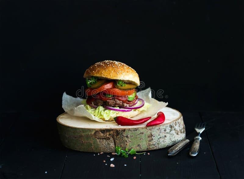 Φρέσκο σπιτικό burger στον ξύλινο εξυπηρετώντας πίνακα με στοκ εικόνες