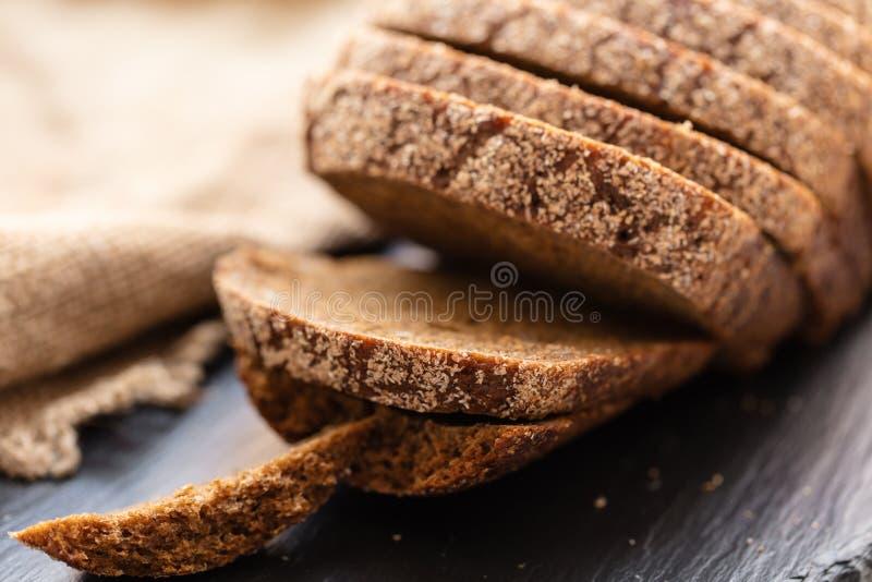 Φρέσκο τεμαχισμένο ψωμί σίκαλης στοκ εικόνες