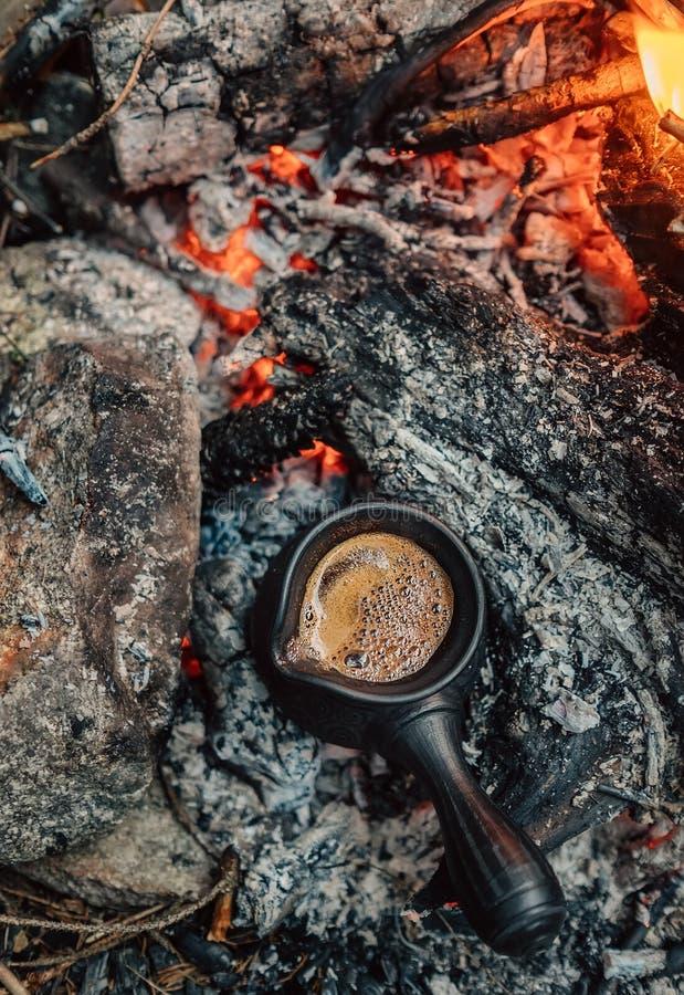 Φρέσκο τουρκικό coffe που κάνει στον αγγειοπλάστη cezve στους άνθρακες πυρών προσκόπων στοκ εικόνες με δικαίωμα ελεύθερης χρήσης
