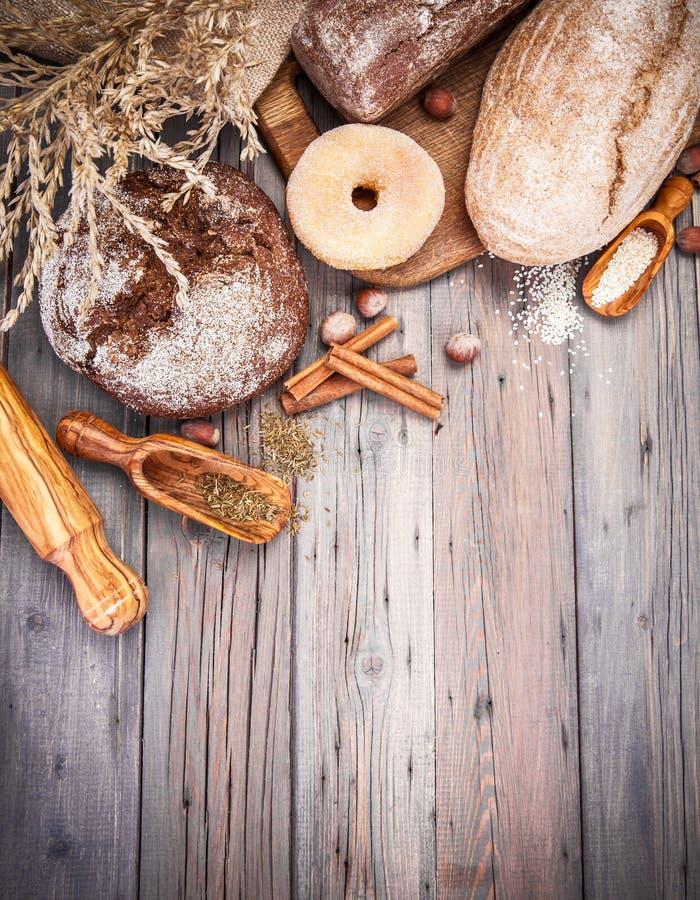 Φρέσκο τριζάτο ψήσιμο ψωμιών της φραντζόλας και στοκ φωτογραφία με δικαίωμα ελεύθερης χρήσης