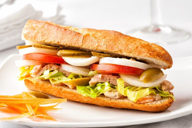 Φρέσκο υγιές σάντουιτς baguette σε ένα άσπρο πιάτο στοκ εικόνα με δικαίωμα ελεύθερης χρήσης