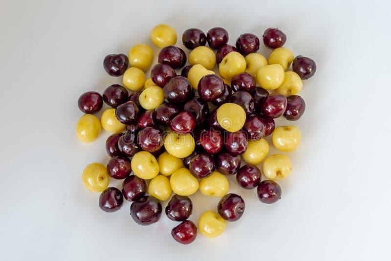 Φρέσκο υπόβαθρο κερασιών Λεπτομέρεια, που απομονώνεται μακρο cherryes r στοκ εικόνες