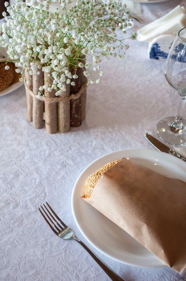 φρέσκο φλοιώδες ψωμί σε ένα καλάθι στοκ εικόνα με δικαίωμα ελεύθερης χρήσης