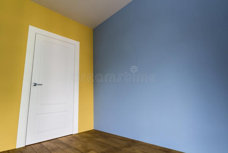 Φρέσκο χρωματισμένο εσωτερικό δωματίων με την άσπρη πόρτα και το ξύλινο παρκέ φ στοκ φωτογραφία