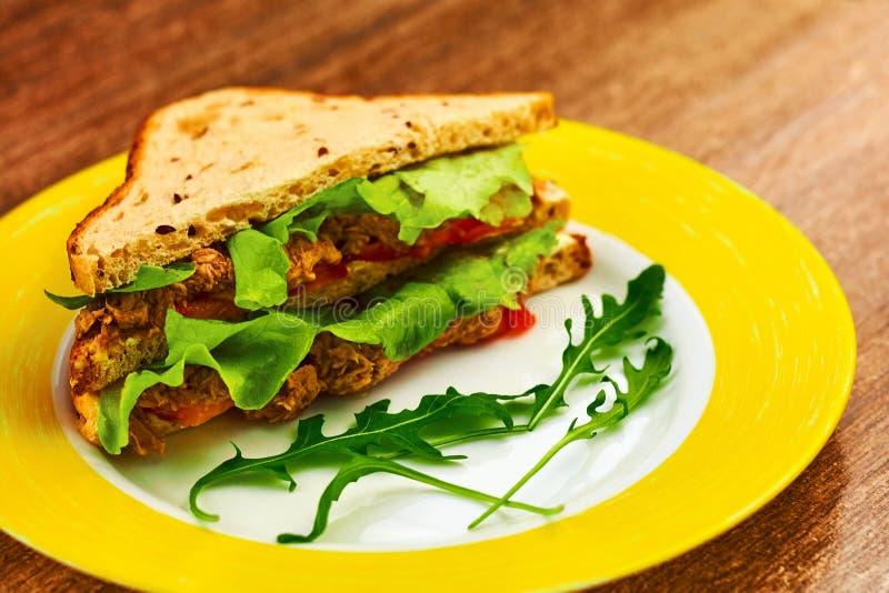 Φρέσκο ψημένο σάντουιτς panini blt με το κοτόπουλο στοκ εικόνες
