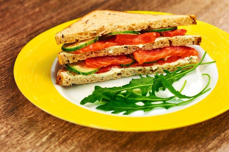 Φρέσκο ψημένο σάντουιτς panini blt με το σολομό στοκ φωτογραφία