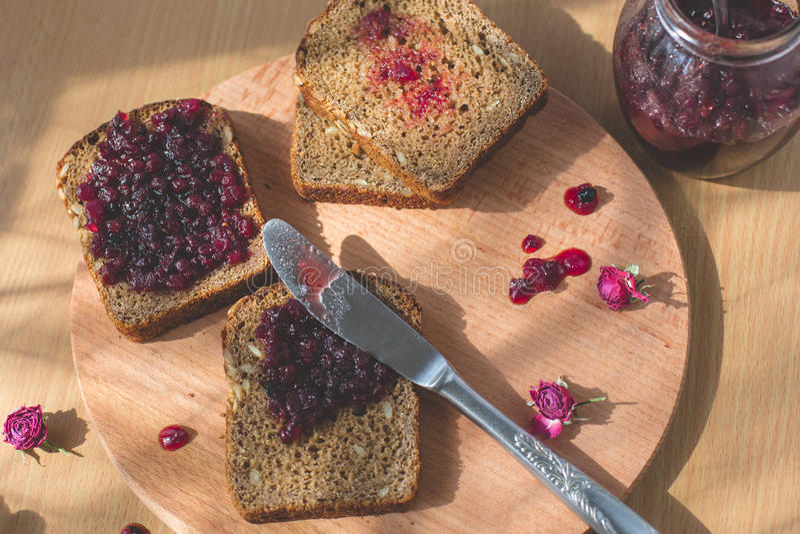 Φρέσκο ψημένο σπιτικό υγιές ψωμί με τη μαρμελάδα ριβησίων - σπιτική μαρμελάδα με τα φρέσκα οργανικά φρούτα από τον κήπο Τον αγροτ στοκ εικόνες