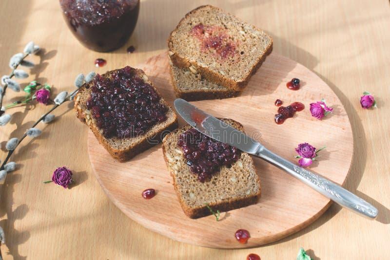 Φρέσκο ψημένο σπιτικό υγιές ψωμί με τη μαρμελάδα ριβησίων στοκ εικόνες με δικαίωμα ελεύθερης χρήσης