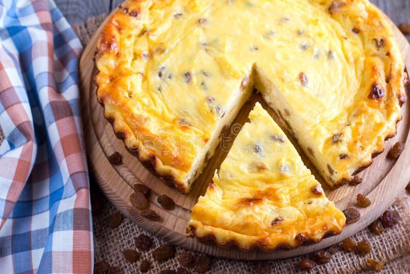 Φρέσκο ψημένο σπιτικό casserole τυριών εξοχικών σπιτιών με τις σταφίδες Υγιή τρόφιμα, γεύμα μωρών στοκ εικόνες