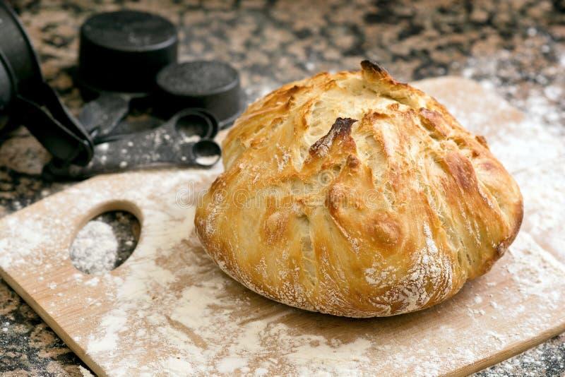 Φρέσκο ψημένο χειροτεχνικό ψωμί στοκ εικόνες
