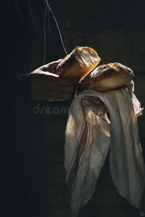 Φρέσκο ψημένο ψωμί στα χέρια στοκ φωτογραφίες