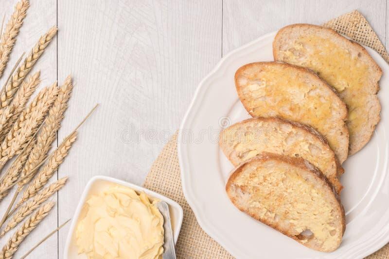 Φρέσκο ψωμί, ακίδα σίτου και σπιτικό βούτυρο στο ξύλινο backgroun στοκ φωτογραφία με δικαίωμα ελεύθερης χρήσης