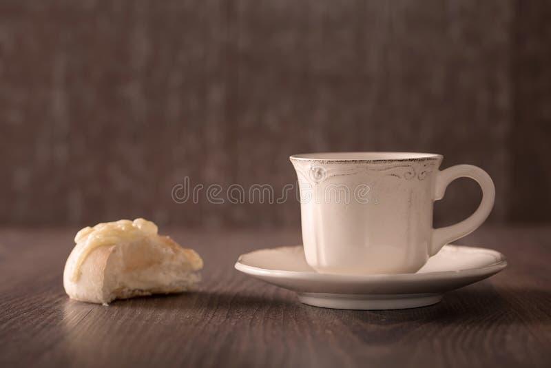 Φρέσκο ψωμί καφέ και τυριών στοκ εικόνες