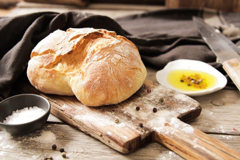 Φρέσκο ψωμί με το άλας και ένα εύγευστο ελαιόλαδο στοκ φωτογραφία με δικαίωμα ελεύθερης χρήσης
