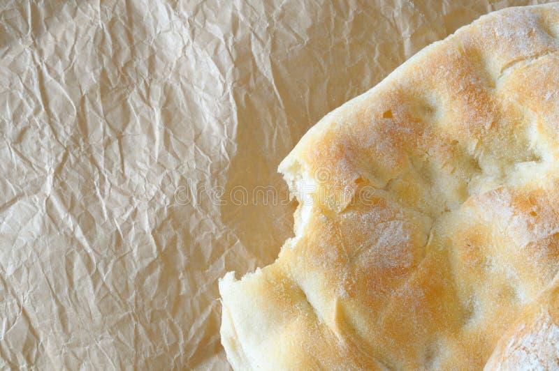 Φρέσκο ψωμί με το σημάδι ενός δαγκώματος, τοπ άποψη, διάστημα αντιγράφων στοκ εικόνα