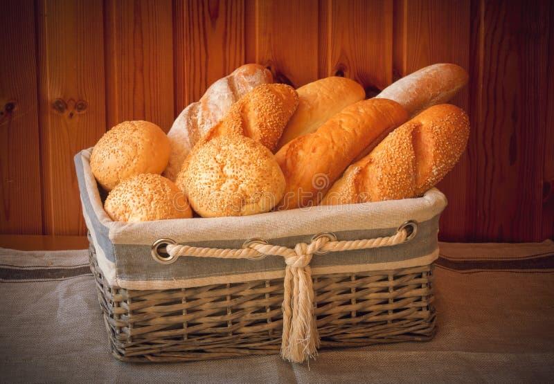 Φρέσκο ψωμί σίτου στο καλάθι στο ξύλινο υπόβαθρο στοκ φωτογραφίες με δικαίωμα ελεύθερης χρήσης