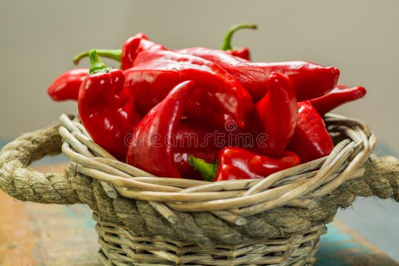 Φρέσκο ώριμο κόκκινο γλυκό τουρκικό πιπέρι έτοιμο να φάει στοκ εικόνες