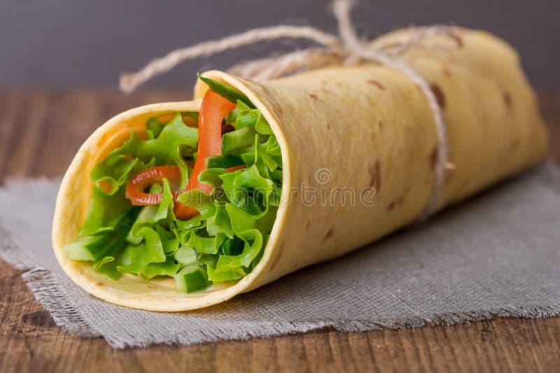 φρέσκο tortilla περικάλυμμα με τα λαχανικά στοκ εικόνα