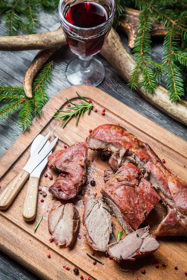 Φρέσκο venison με το κόκκινο κρασί στο δασοφύλακα κατοικεί στοκ εικόνες