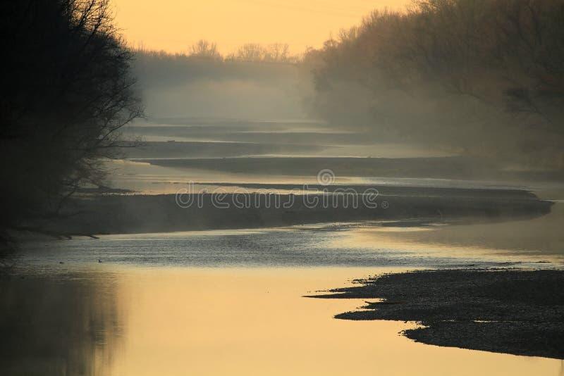 Φραγμοί αμμοχάλικου Lech ποταμών στο misty πρωί στοκ εικόνες