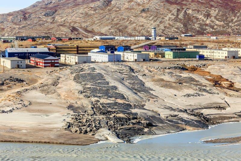 Φραγμοί διαβίωσης στο λόφο επάνω από το λασπώδη λειωμένο ποταμό παγετώνων με στοκ φωτογραφίες με δικαίωμα ελεύθερης χρήσης