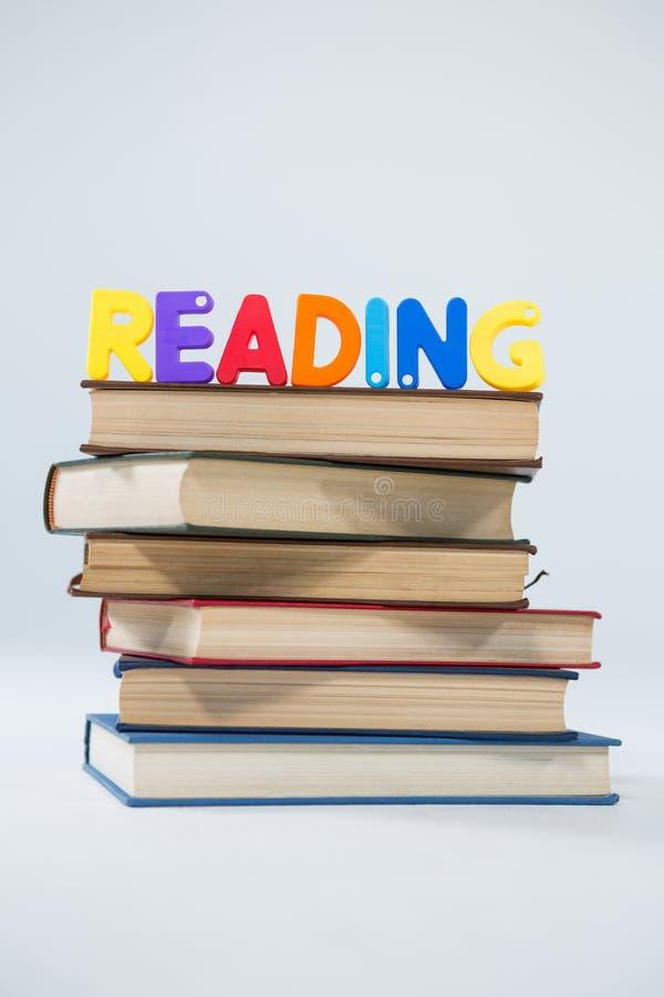 Φραγμοί επιστολών ανάγνωσης στο σωρό των βιβλίων στοκ εικόνες