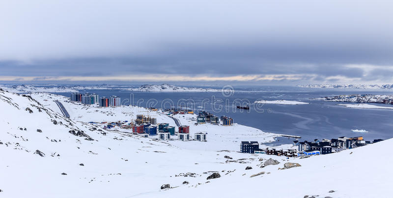 Φραγμοί διαβίωσης Inuit στο φιορδ, αρκτική κύρια πόλη του Νουούκ, Gree στοκ εικόνες