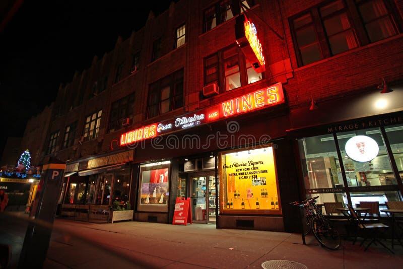Φραγμοί και καταστήματα Greenwich Village τή νύχτα, Νέα Υόρκη, ΗΠΑ στοκ φωτογραφία