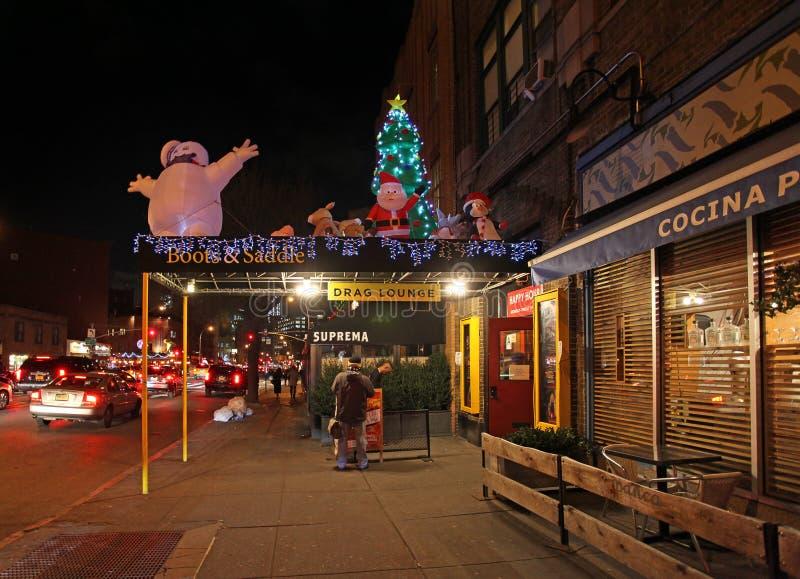 Φραγμοί και καταστήματα Greenwich Village τή νύχτα, Νέα Υόρκη, ΗΠΑ στοκ εικόνες με δικαίωμα ελεύθερης χρήσης