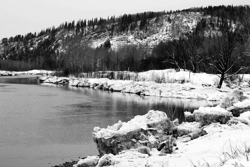 Φραγμοί πάγου κοντά στη βαθιά λίμνη στοκ εικόνες