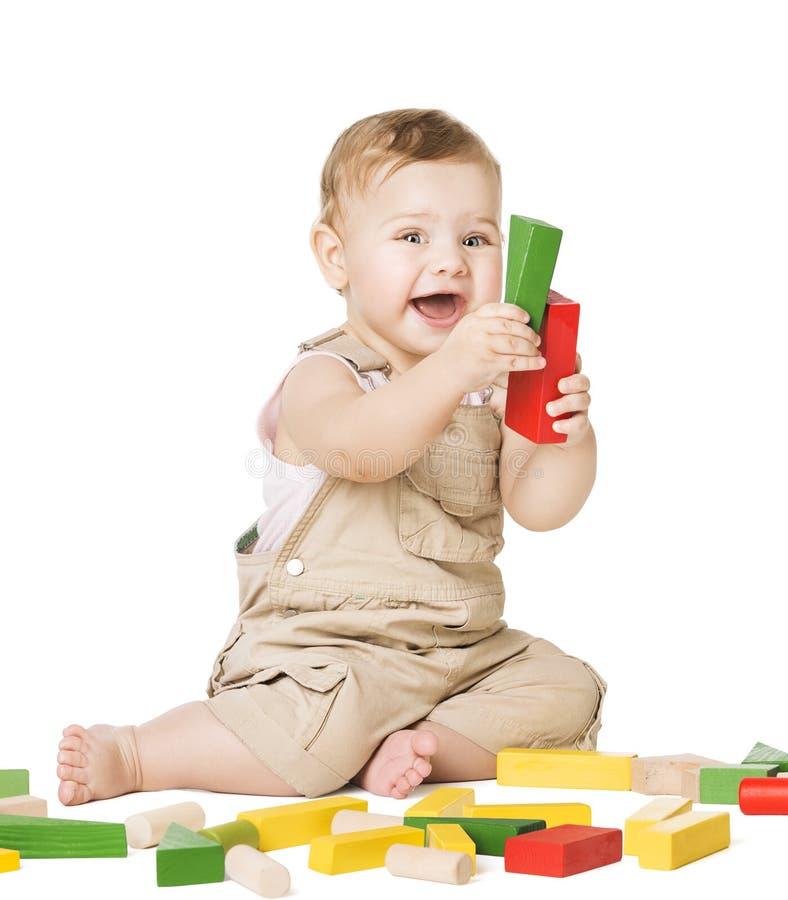Φραγμοί παιχνιδιών παιχνιδιού μωρών, ευτυχές παιδί νηπίων που παίζουν τα ξύλινα τούβλα στοκ εικόνες