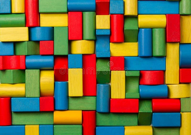 Φραγμοί παιχνιδιών, πολύχρωμα ξύλινα τούβλα, ομάδα ζωηρόχρωμου buildin στοκ εικόνα