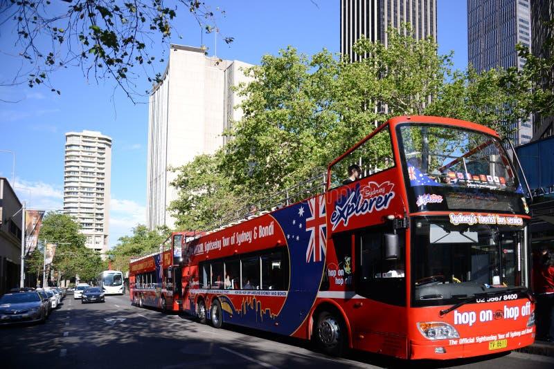 Φραγμοί πύργων οριζόντων πόλεων του Σίδνεϊ Αυστραλία και τουριστηκό λεωφορείο στοκ φωτογραφία