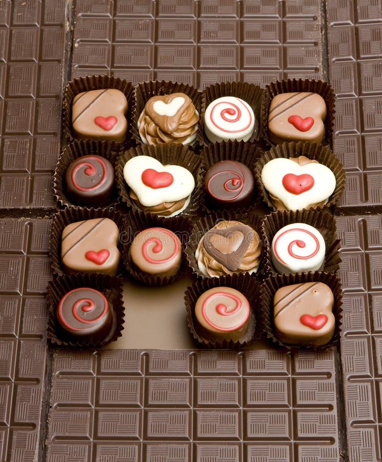 φραγμοί σοκολάτας με τις καραμέλες σοκολάτας στοκ εικόνες με δικαίωμα ελεύθερης χρήσης