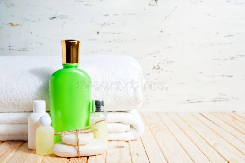 Φραγμός και υγρό σαπουνιών Σαμπουάν, πήκτωμα ντους, λοσιόν Πετσέτες Εξάρτηση SPA στοκ φωτογραφίες με δικαίωμα ελεύθερης χρήσης