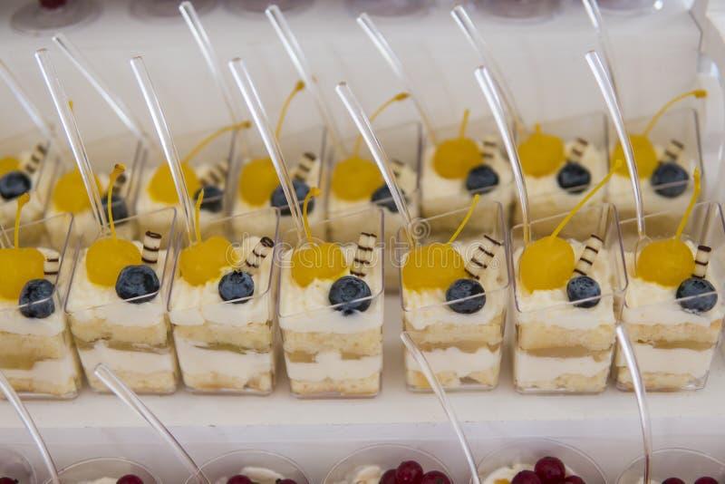 Φραγμός καραμελών Εύγευστος γλυκός μπουφές με τα cupcakes Γλυκός μπουφές διακοπών με τα cupcakes και άλλα επιδόρπια στοκ φωτογραφία