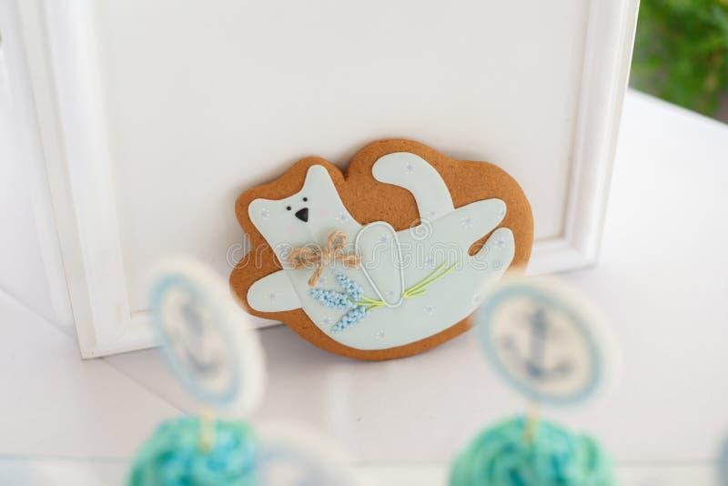 Φραγμός καραμελών Εύγευστος γλυκός μπουφές με τα cupcakes στοκ εικόνα