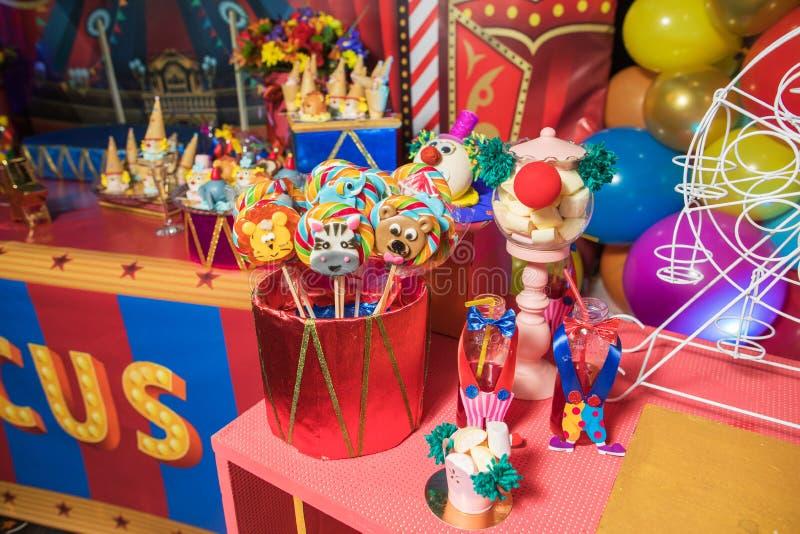 Φραγμός καραμελών με τα γλυκά Κέικ, μπισκότα, λεμονάδα, κρεμώδη muffins, φρέσκα μούρα για τα εορταστικά γενέθλια στοκ εικόνες
