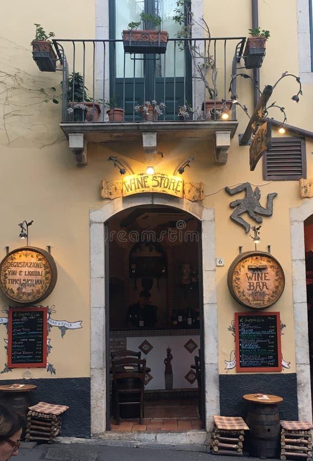 Φραγμός κρασιού σε Taormina, Σικελία στοκ εικόνα με δικαίωμα ελεύθερης χρήσης